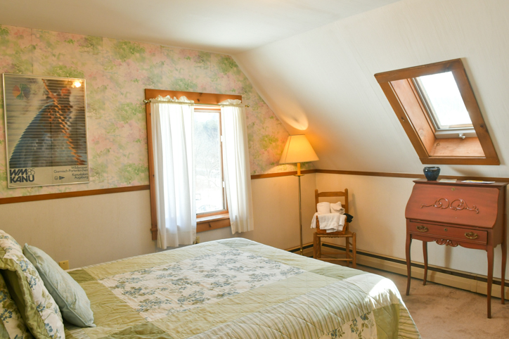 Hawk Mountain Lodge bedroom with small desk, chair, and queen bed